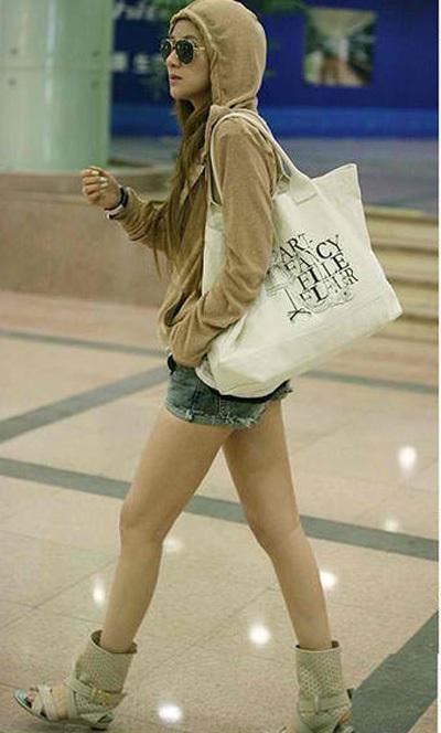 Xu hướng thời trang mới với túi vải thô 3
